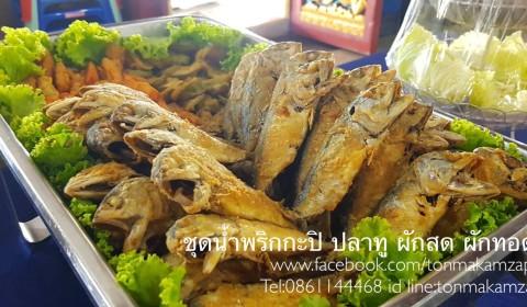 ชุดอาหารอร่อยถวายพระ น้ำพริกกะปิ ปลาทูทอดผักทอด และผักสด บริการโดยพ่อครัวแมวแคเทอริ่ง