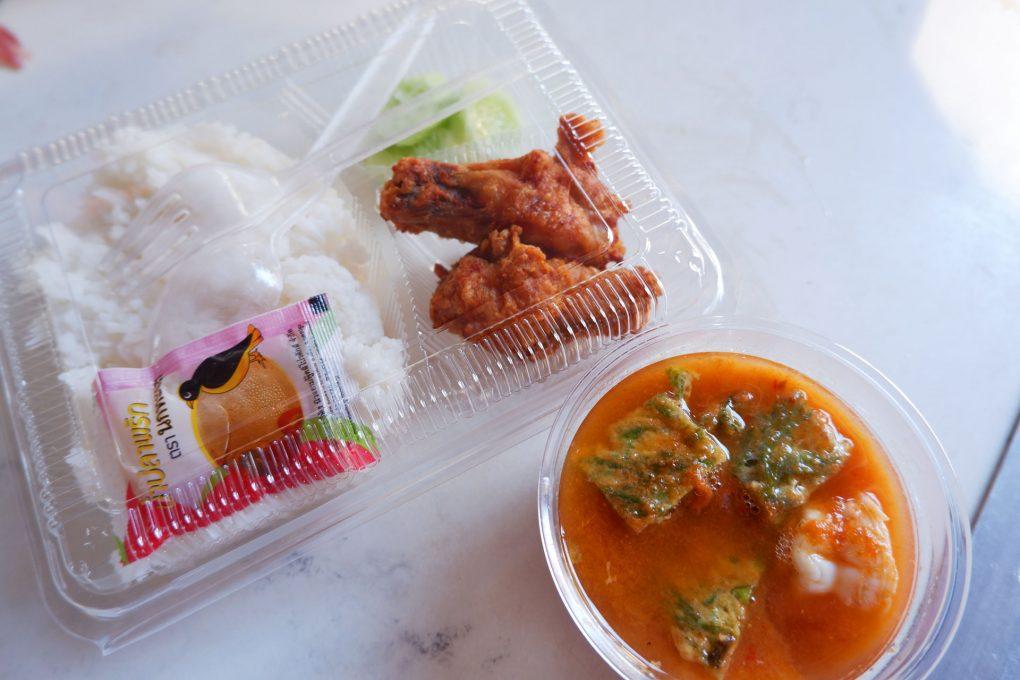 ข้าวกล่องน่ากิน แกงส้มชะอมกุ้ง ไก่ทอดน้ำปลา กับข้าว2อย่าง 65 บาท